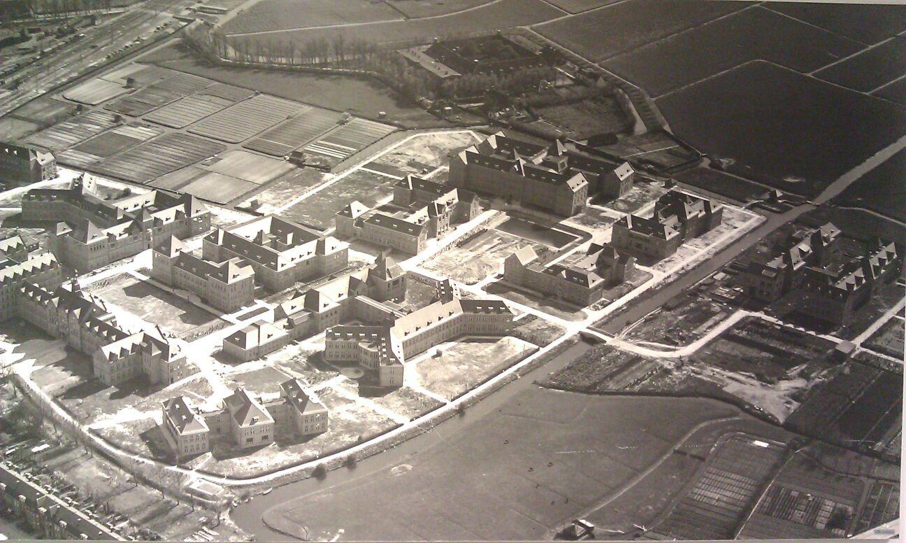 Historische foto van het Cité Médicale in Leiden waartoe ook het nu herbestemde pathologielaboratorium van de Universiteit Leiden behoorde.
