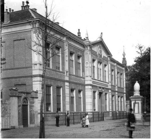 Oude foto van rijksmonumenteel schoolgebouw waarvoor A&R10 appartementen ontwierp