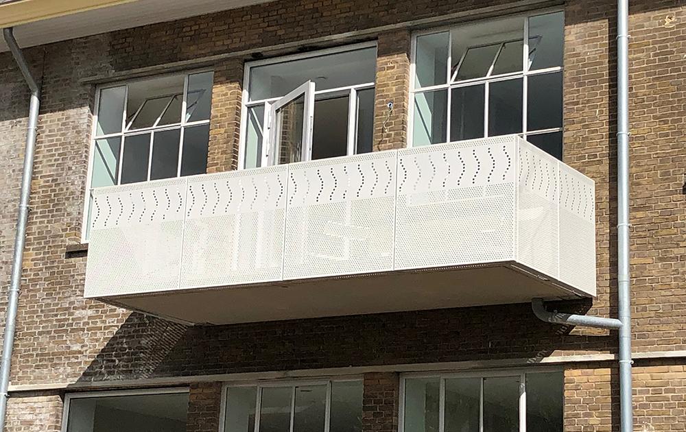Balkonfoto van tot appartementen herbestemde Simon Stevin Kazerne in Ede - ontwerp A&R10