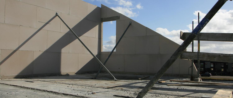 U ziet de zolder in wording, van een dubbele woning in Kamerik die werd ontworpen door architectenbureau A&R10