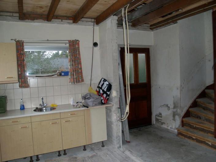 Gedateerde keuken, voor de verbouwing van de bungalow in Maarn. Architectenbureau A&R10 maakte en realiseerde een nieuw interieurontwerp.