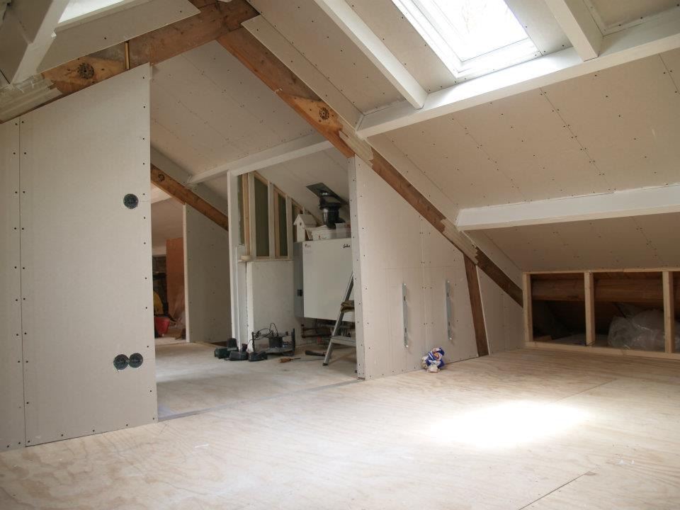 Verbouwing van de zolder van een gedateerde bungalow in Maarn. Architectenbureau A&R10 maakte en realiseerde het nieuwe interieurontwerp.