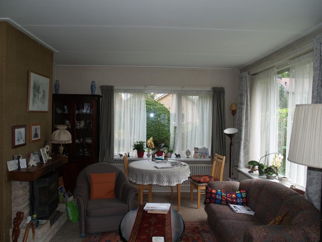 Gedateerde huiskamer, voor de verbouwing van de bungalow in Maarn. Architectenbureau A&R10 ontwierp en realiseerde een nieuw interieur.