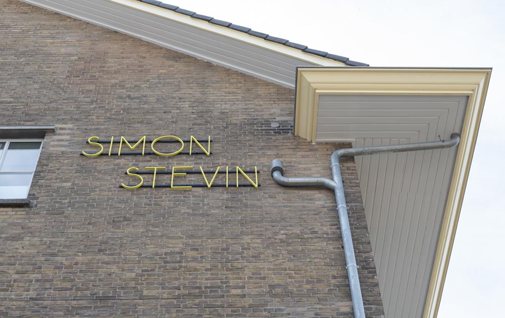 De naam Simon Stevin op het appartementengebouw van Woonstede in de herbestemde Simon Stevin kazerne in Ede. Ontwerp van architectenbureau A&R10
