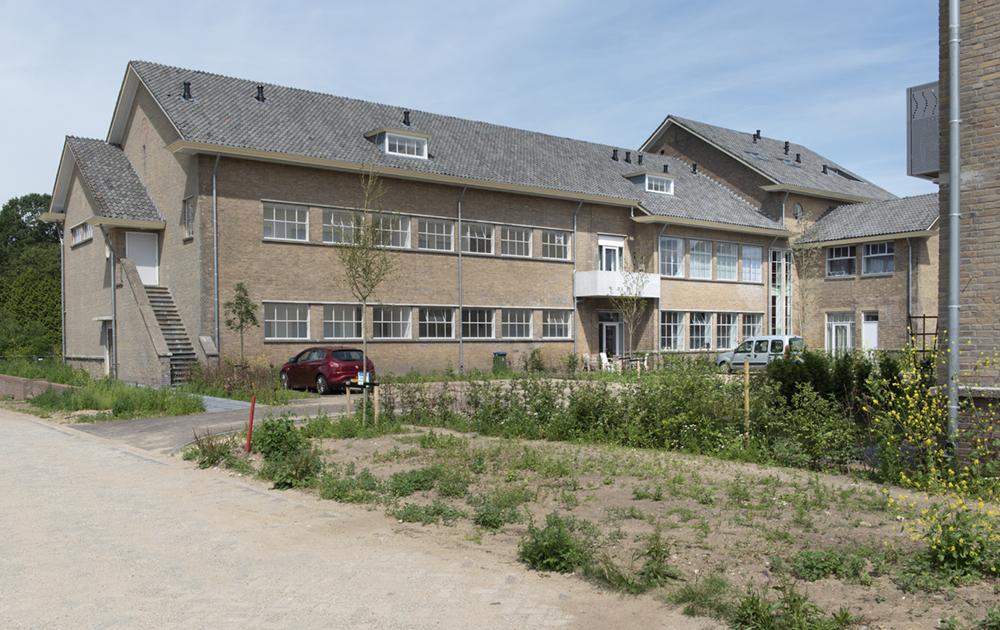 Achteraanzicht tot appartementen getransformeerde Simon Stevin kazerne in Ede. Ontwerp van architectenbureau A&R10