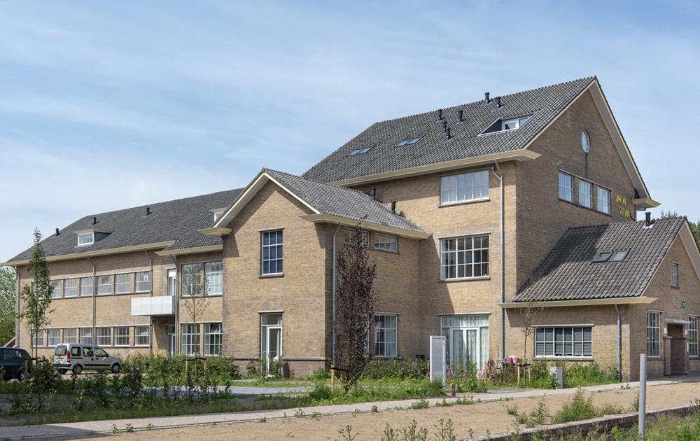 Zij-aanzicht appartementengebouw van Woonstede in de herbestemde Simon Stevin kazerne in Ede. Ontwerp van architectenbureau A&R10