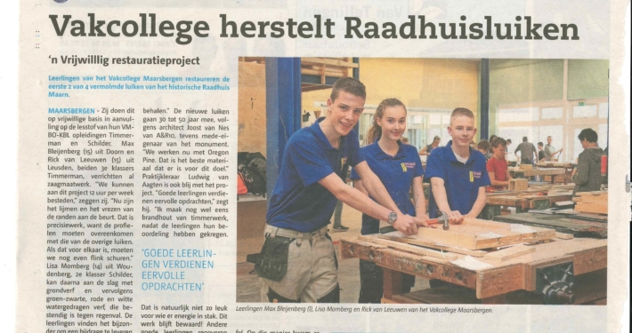 Krantenartikel over de restauratie van luiken van het historische Raadhuis van Maarn, waarin architectenbureau A&R10 gevestigd is