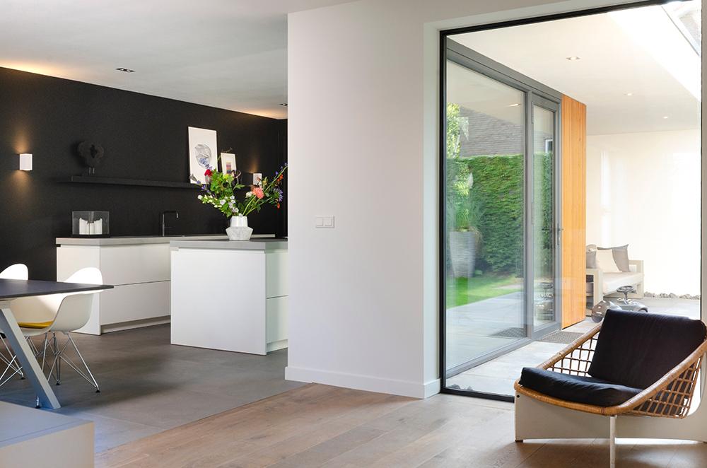 Resultaat verbouwing bungalow tot villa - doorkijk van binnen naar buiten