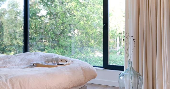 Resultaat verbouwing bungalow tot villa - slaapkamer met zicht naar buiten