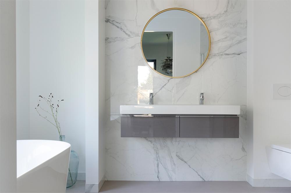 Resultaat verbouwing bungalow tot villa - badkamer met marmeren muur